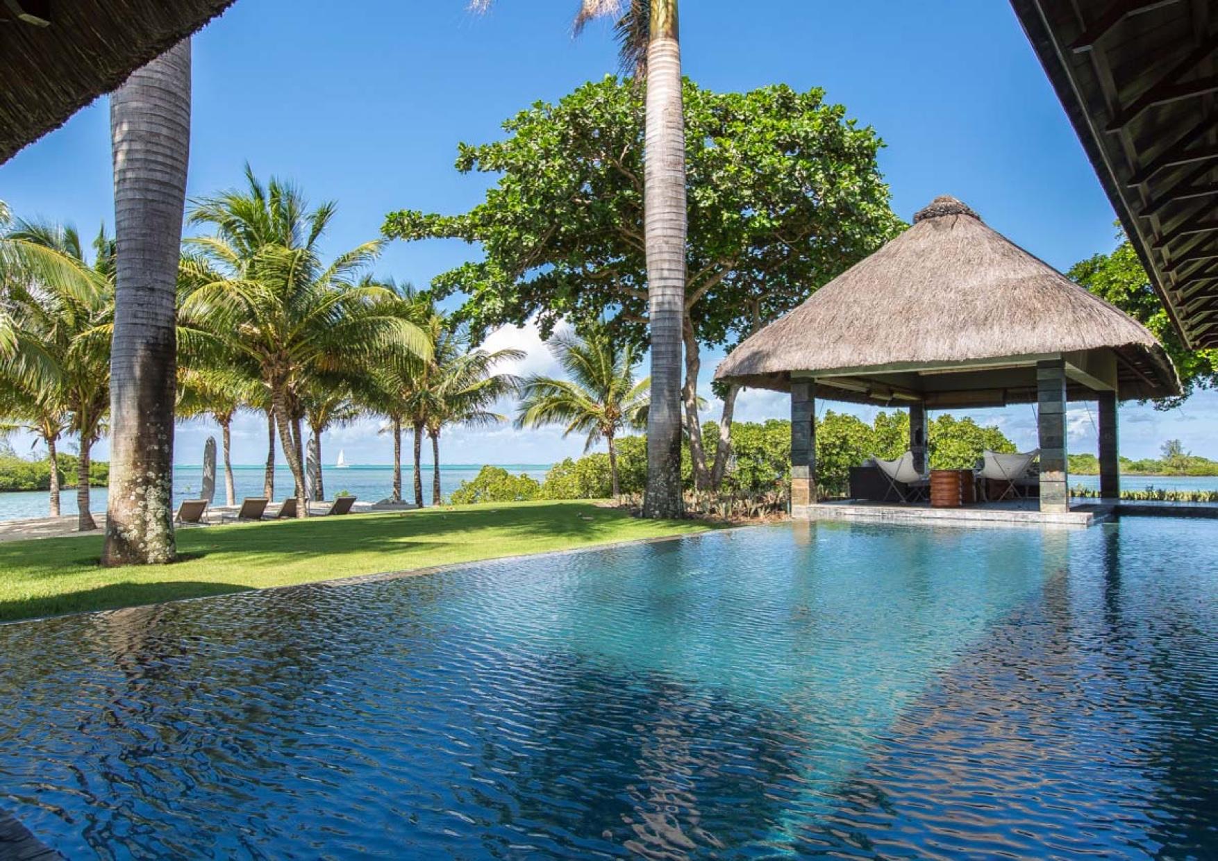 Incroyable Villa Four seasons sur un terrain de 4 039 m2 qui donne directement sur la mer