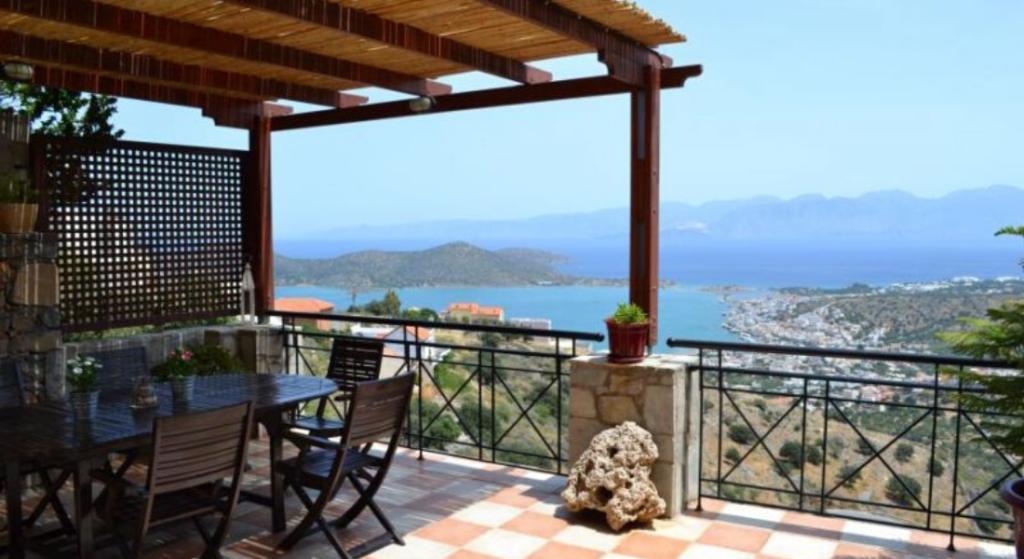 Villa située à flanc de colline à 4 km de la station balnéaire d'Elounda