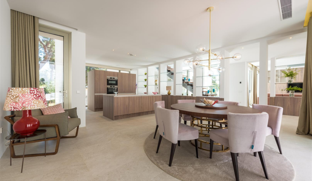 Villa moderne met en évidence l'utilisation du minimalisme