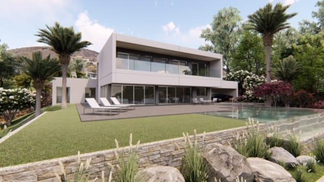 Villa avec une piscine à débordement surplombant la mer Méditerranée