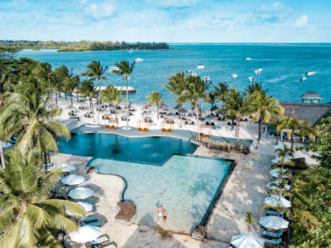 ABONNEMENT RESORT En prenant l'abonnement resort, vous pouvez avoir accès aux facilités d'Anahita Golf & Spa Resort telles que la piscine principale, le transfert à l'Île aux Cerfs et sa plage privative ainsi que le centre sportif. Vous bénéficiez également de réductions dans nos restaurants.